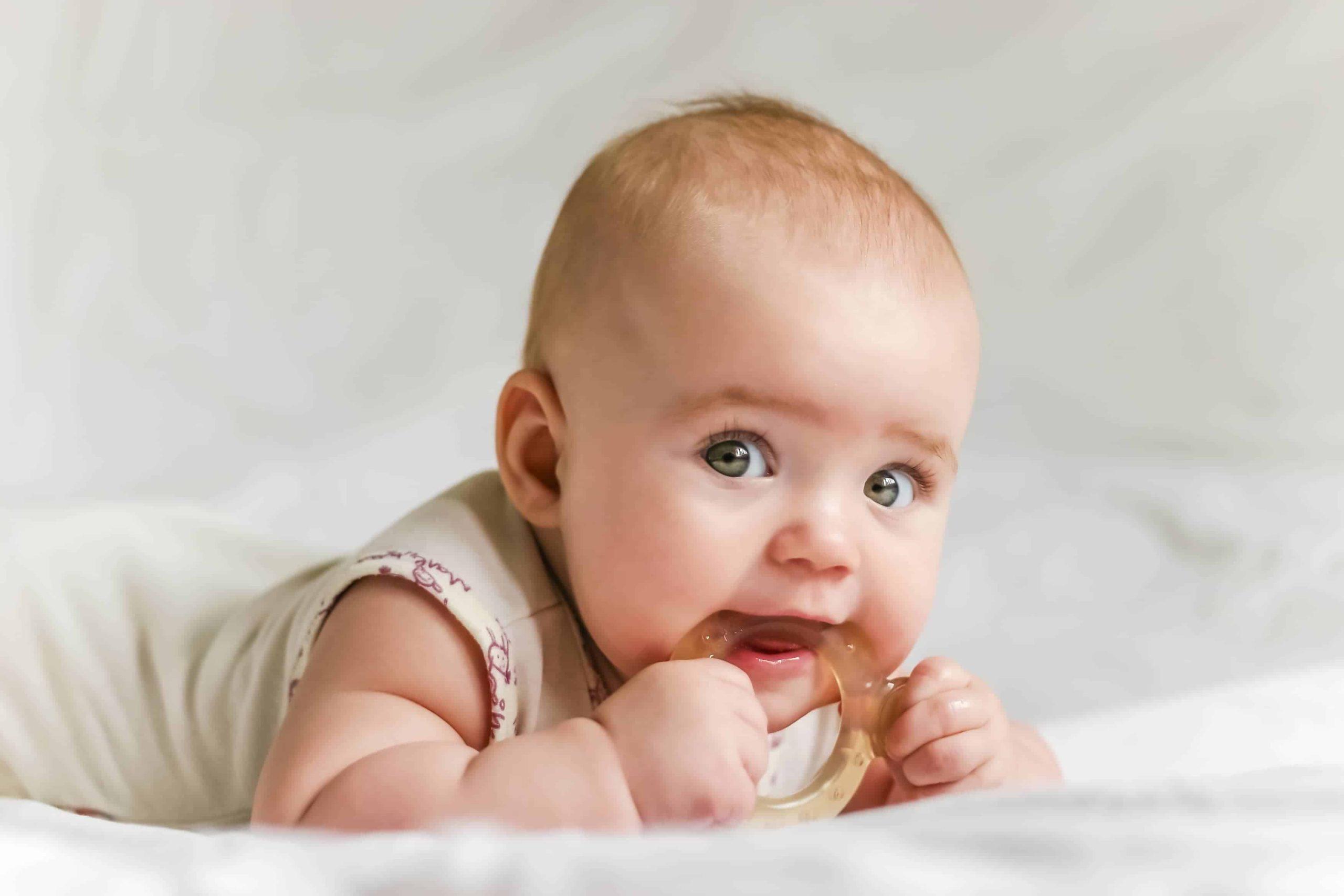 Adakah saya perlu melepaskan susu apabila bayi tumbuh gigi ?