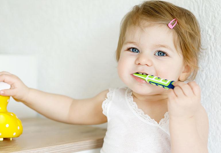 Bagaimana dan bilakah anda harus mula menggosok gigi bayi ?