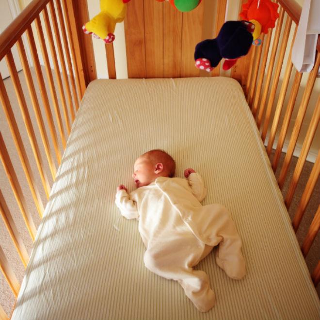 Apa yang perlu dilakukan apabila bayi terjatuh dari tempat tidur ?