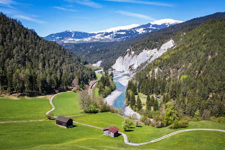 https://www.planetware.com/wpimages/2019/08/switzerland-top-tourist-attractions-swiss-grand-canyon.jpg