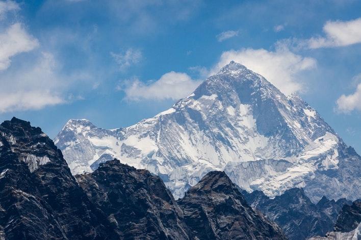 https://coresites-cdn-adm.imgix.net/mpora_new/wp-content/uploads/2020/06/Fifth-Highest-Mountain-In-The-World-makalu.jpg?fit=crop