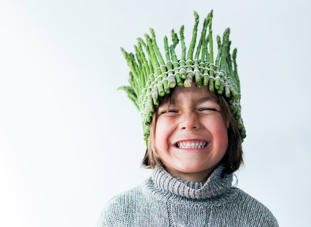 https://i2.wp.com/www.eatthis.com/wp-content/uploads/media/images/ext/709279756/boy-asparagus-crown.jpg?w=640&ssl=1