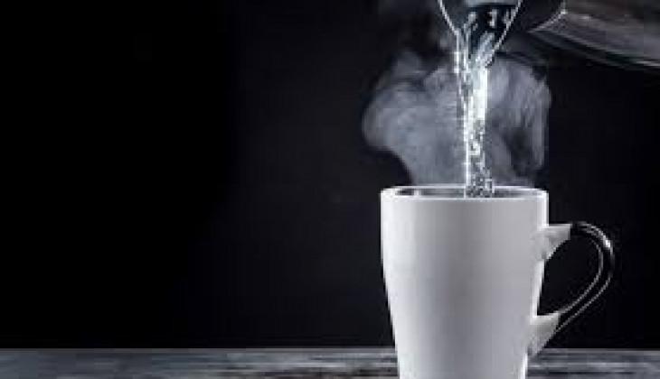 8 manfaat minum air panas terhadap tubuh manusia