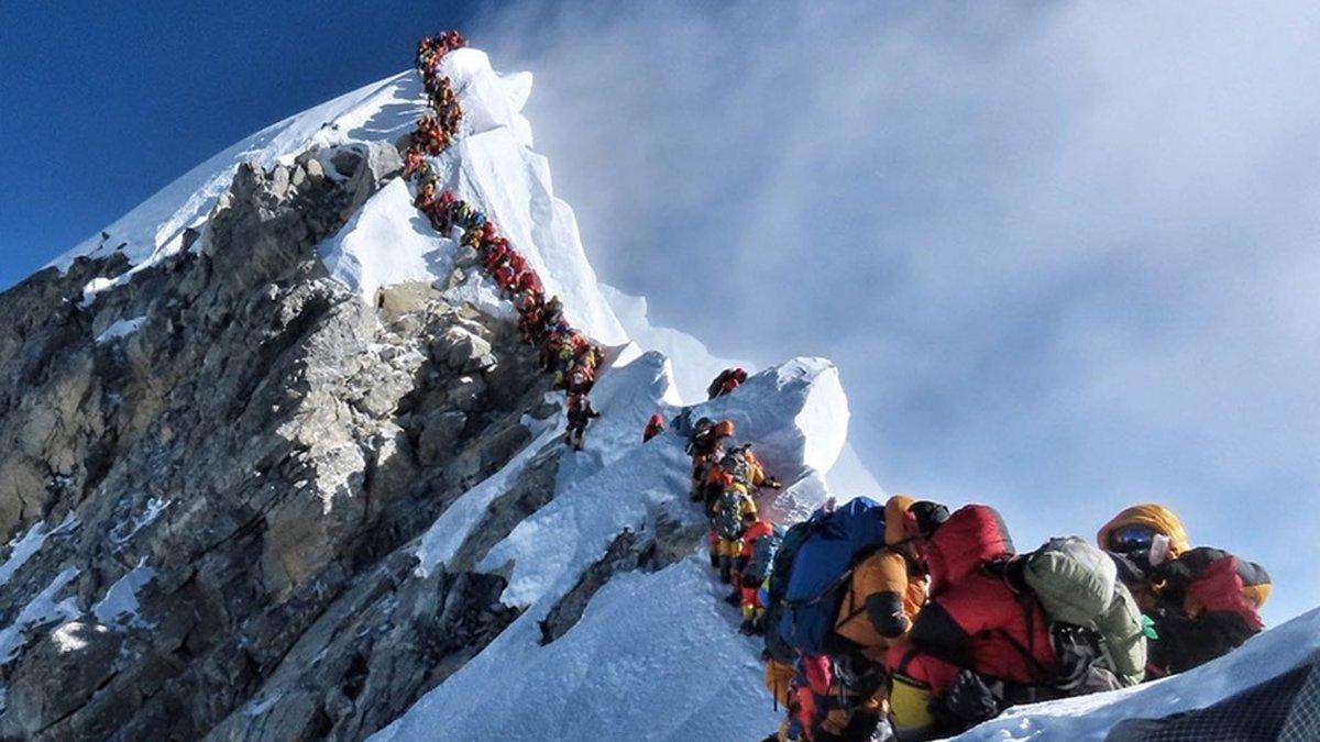 Kesesakan trek adalah salah satu masalah yang dihadapi pendaki Everest