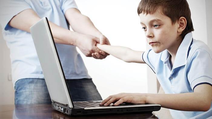 Wahai ibu bapa hati-hatilah ! begini cara gadget membahayakan anak kecil anda !